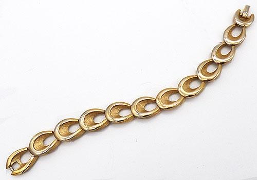 Trend 2020: Gold Link Bracelets - Trifari Gold Tone Link Bracelet
