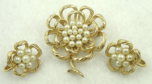 Sets & Parures - Trifari Pearl Flower Brooch Set